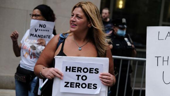 El personal sanitario que no quiere vacunarse se queja de que tras ser considerados como héroes, ahora se les obligue a vacunarse. (Getty Images).