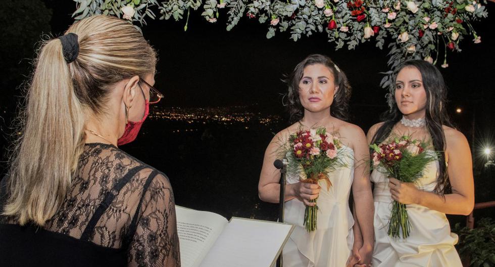 Dunia Araya y Alexandra Quiros se casaron la madrugada del 26 de mayo del 2020, luego de que en Costa Rica se legalizara el matrimonio igualitario ante la inacción del Parlamento. El país fue el primero en Centroamérica en aprobar este tipo de uniones. (Foto: Ezequiel Becerra / Archivo AFP)