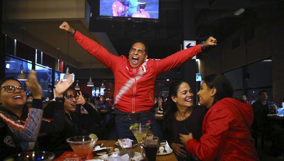 Un emocionado hincha celebra los goles de Perú a Chile en uno de los tantos bares del centro de Lima que se llenaron por la semifinal. La noche del miércoles se pareció más a la de un sábado. (Foto: AP)