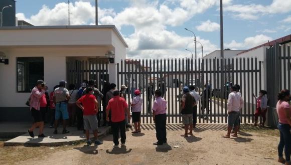 Familiares de la víctima en la puerta del hospital de Bellavista esperan que les entreguen el cuerpo y exigen justicia para que este hecho no quede impune. (Foto: difusión)