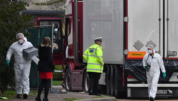 Agentes forenses de la Policía Británica trabajan en un camión que contenía 39 cadáveres de ciudadanos vietnamitas, en el Parque Industrial Waterglade en Grays, al este de Londres. (Foto de archivo: AFP/BEN STANSALL).