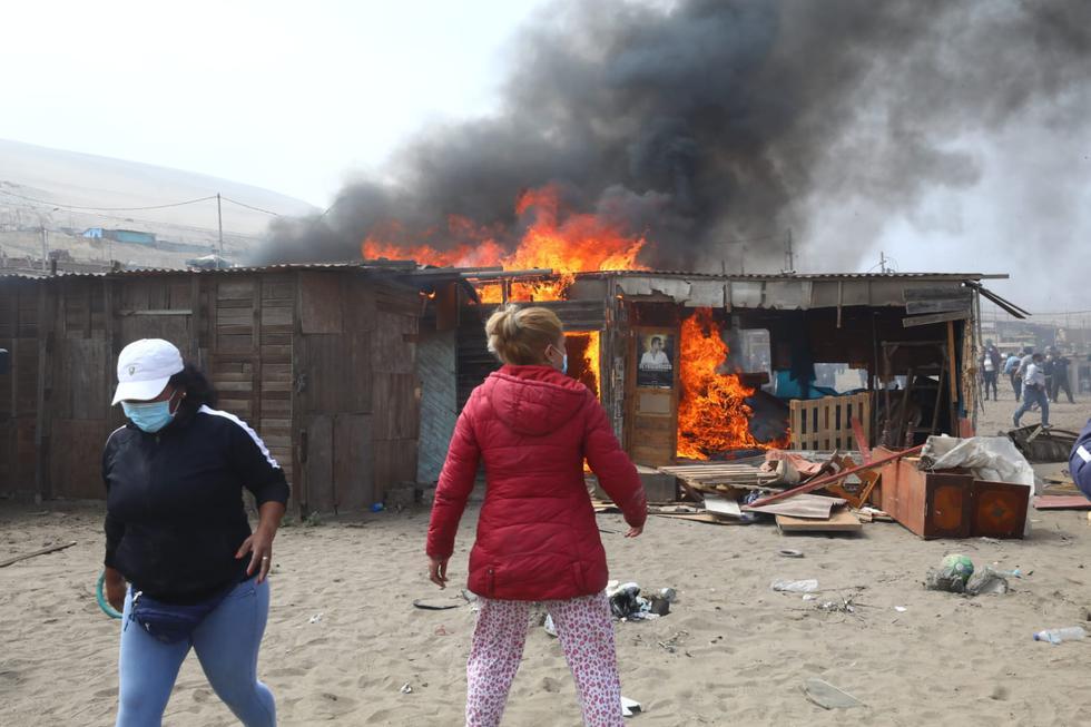 En tanto, la Policía Nacional del Perú (PNP) detalló -en Twitter- que los intervenidos estarían implicados en los delitos de sicariato, tenencia ilegal de armas y microcomercialización de droga. A ellos se les incautó tres armas de fuego. (Foto: Gonzalo Córdova/@photo.gec)