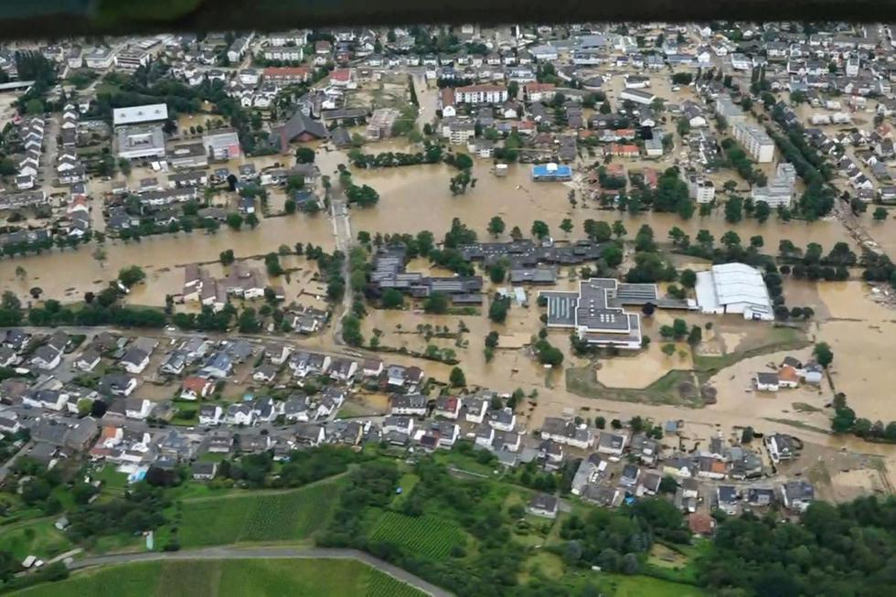 La vista aérea tomada el 15 de julio de 2021 de un video muestra propiedades, casas y paisajes inundados después de fuertes lluvias e inundaciones en Bad Neuenahr - Ahrweiler, en el oeste de Alemania. (Ferdinand MERZBACH / NEWS5 / AFP).