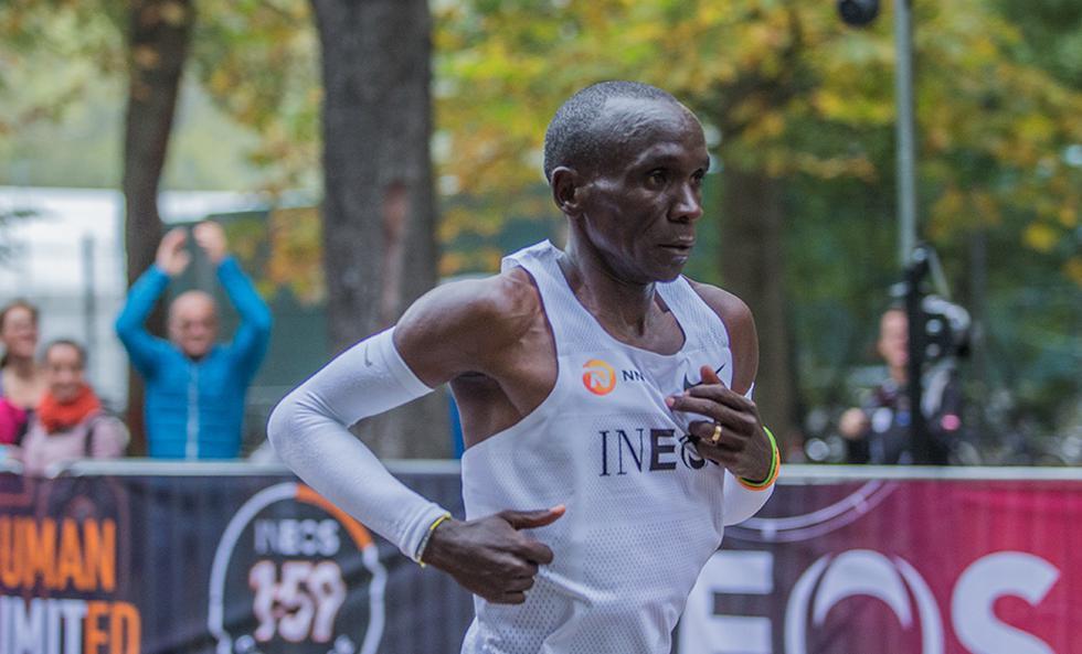 Eliud Kipchoge se convertió en el primer hombre en acabar una maratón en menos de dos horas.