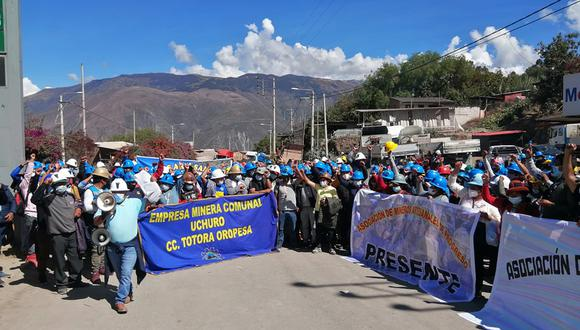 Mineros bloquearon la vía de ingreso a Abancay a la atura del kilometro 3. (Foto: Carlos Peña)
