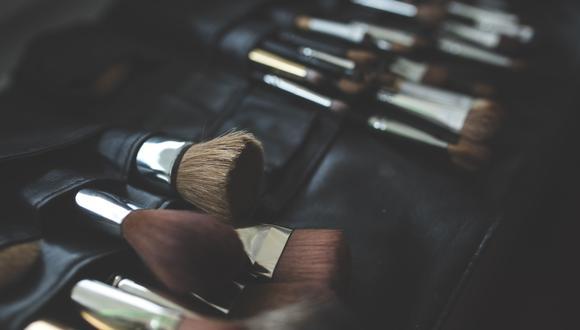 Un hombre se equivocó al querer limpiar los pinceles de maquillaje de su esposa y su accionar dio la vuelta al mundo. (Foto referencial: Karolina Grabowska / Pixabay)