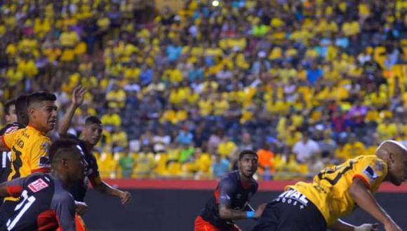 Barcelona de Guayaquil hizo respetar la localía y superó fácilmente a Aucas. Los goles canarios fueron concretados por Dinenno, Esterilla y Castillo. (Foto: Afición Central)