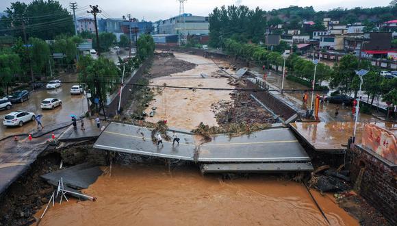 Pese a las impactantes imágenes de los desastres naturales, expertos de la ONU temen que este renovado interés por el clima solo sea pasajero. Esta foto aérea tomada el pasado 21 de julio de 2021 se muestra un puente dañado tras las fuertes lluvias que provocaron graves inundaciones en Gongyi, en China. (Foto de STR / AFP).