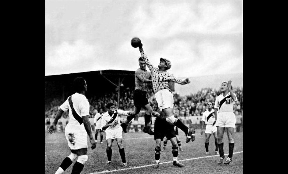 La selección peruana enfrenta a Austria en el polémico partido de las Olimpiadas de 1936.Después del encuentro la delegación nacional abandonó Berlín.
