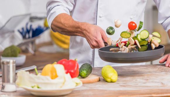 A algunas personas les gusta cocinar e hacer inventos cuando preparan alguna comida. (Foto: Freepik)
