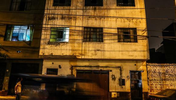 La fachada llorosa del edificio donde fueron asesinados Jesica Tejeda y tres de sus cuatro hijos. El edificio se encuentra ahora abandonado (Fotos: Alessandro Currarino/El Comercio).