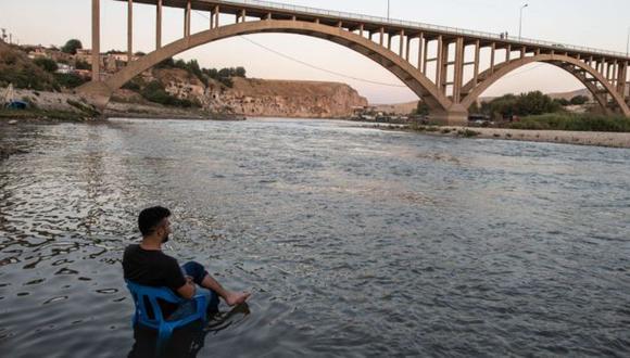 La calma antes de la tormenta. Un hombre descansa en la orilla del Tigris, mientras las aguas, suben lentamente hasta sumergir a su pueblo, perdiéndose así uno de los lugares habitados más antiguos del mundo. (Foto: Getty Images, via BBC Mundo)
