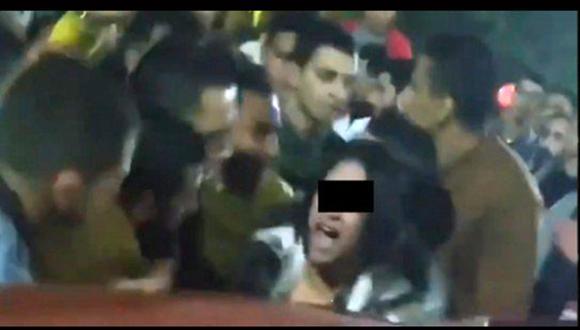 Mujer sufre violento acoso sexual en una calle de Egipto. (Foto: captura de video)