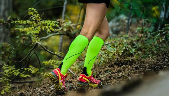 Las medias de compresión aprietan suavemente las piernas para que la sangre circule hacia arriba