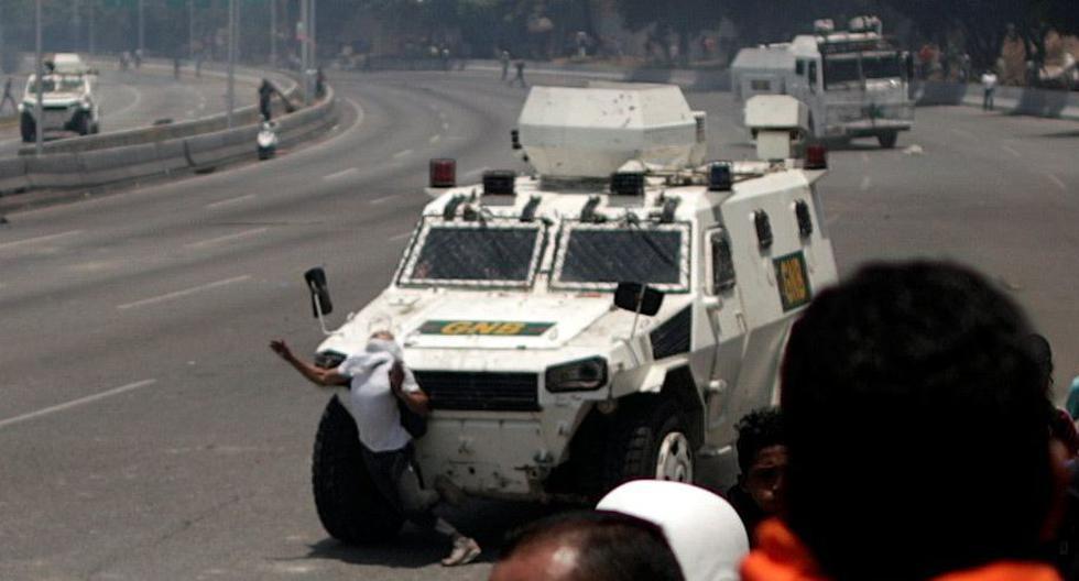 Tanque del régimen de Nicolás Maduro atropella a manifestantes en Venezuela. (Reuters).