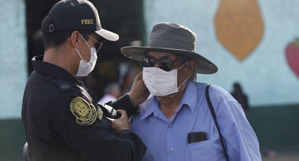 Militares y policía exigen usar mascarilla a personas en los alrededores del mercado Caquetá. (Foto: GEC)
