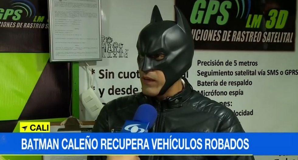 Miguel Guevara ayuda a sus clientes disfrazado de 'Batman'. (YouTube)