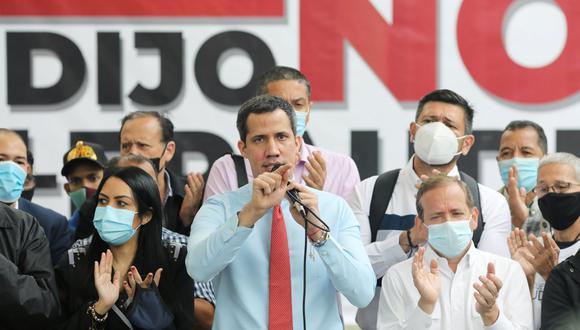 Juan Guaidó habla con los medios al día siguiente de las elecciones parlamentarias en Venezuela. (REUTERS / Manaure Quintero).