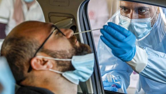 Un paramédico de los servicios médicos de Israel realiza una prueba de hisopo para detectar el coronavirus en Jerusalén el 29 de noviembre de 2020. (Foto de AHMAD GHARABLI / AFP).