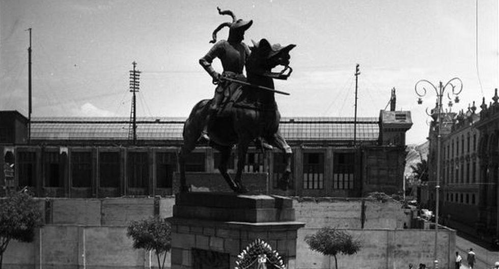 Estatua de Francisco Pizarro en Lima, en 1961. FOTO: Archivo Histórico El Comercio.