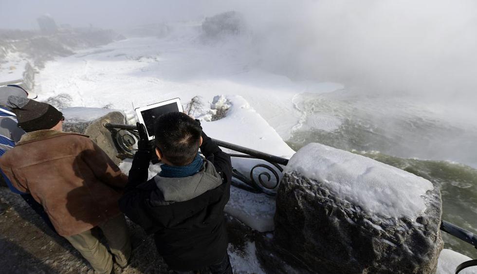 Muchos turistas optaron por fotografiar el fenómeno. En Canadá la temperatura bajó hasta -28 grados. (Foto: Reuters)