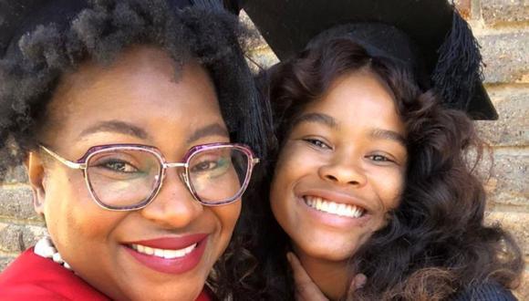 Una madre e hija de Sudáfrica recientemente celebraron haberse graduado juntas de la universidad. (Foto: Facebook)