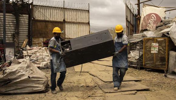 Los trabajadores se aseguran de que los gases utilizados en los aparatos viejos se eliminen de forma segura. (BBC)