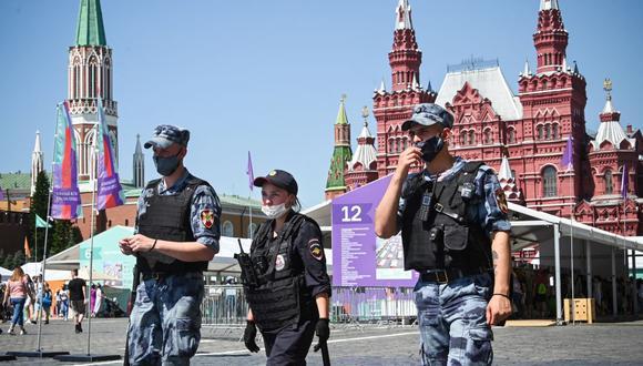 La policía rusa y los militares de la Guardia Nacional caminan por la Plaza Roja de Moscú el 18 de junio de 2021, en medio de la pandemia de coronavirus. (Foto de Alexander NEMENOV / AFP).