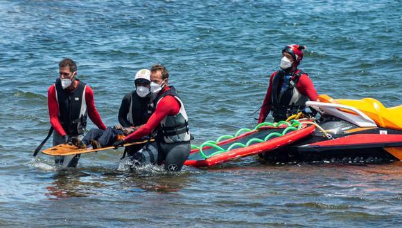 Efectivos de emergencias y de la Guardia Civil rescataron este viernes el cuerpo sin vida de un menor, la cuarta víctima del naufragio ocurrido anoche de una lancha neumática en la costa de Órzola (Lanzarote). (Foto: EFE/Javier Fuentes)