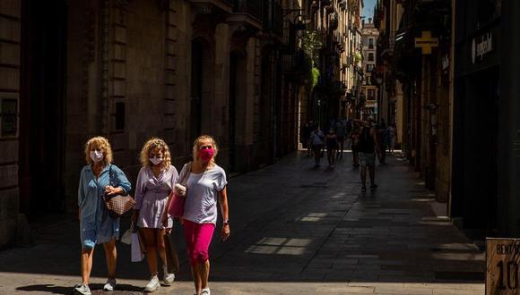 Tres visitantes caminan por el barrio gótico de Barcelona este martes cuando el sector turístico catalán se enfrenta a un nuevo parón, tras la leve reactivación que había vivido después de la apertura de fronteras, por las restricciones impuestas por países como Reino Unido a los turistas que vienen de España o las recomendaciones de Francia y Alemania de no viajar a Cataluña. (EFE/Enric Fontcuberta).