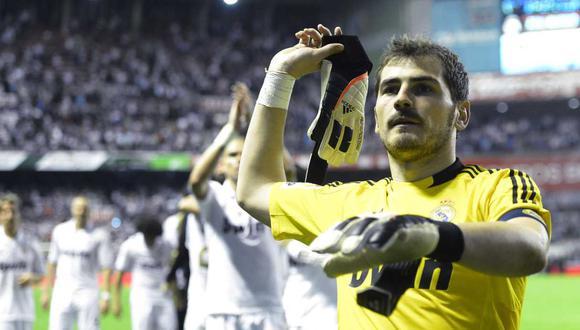 La camisetas con dedicatoria a Iker Casillas en el Santiago Bernabéu. (Foto: Reuters)