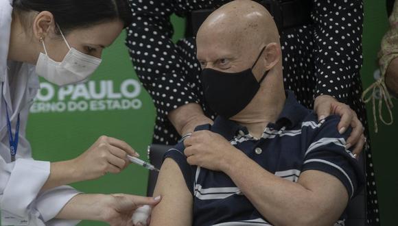 Una trabajadora sanitaria aplica una vacuna de AstraZeneca contra el COVID-19 a Sergio Quitanilla, de 55 años, el lunes 10 de mayo de 2021 como parte del programa de inoculación a personas con síndrome de Down, en Sao Paulo, Brasil. (AP Foto/Andre Penner).