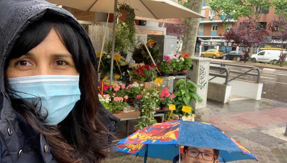 La periodista peruana Ana Trelles, radicada en Madrid hace cinco años, pasea de forma segura con su hijo Lucas de cinco años. Allá el uso de mascarillas no es obligatorio.