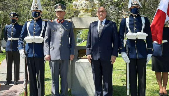 El embajador del Perú en Chile participó de una ceremonia de develación del busto del coronel Francisco Bolognesi, héroe peruano, en la Plaza Bicentenario de la Escuela Militar de Chile. (Captura de pantalla / Twitter)