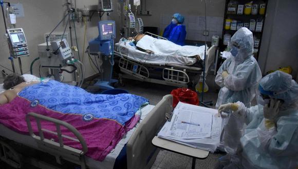 Trabajadores de la salud atienden a pacientes con COVID-19 en la unidad de cuidados intensivos del Hospital de Clínicas en San Lorenzo, Paraguay. (Foto: AFP / DANIEL DUARTE).
