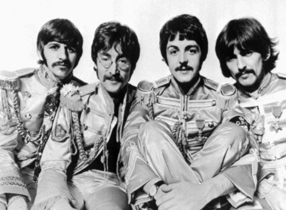 El 1 de junio de 1967 sale Sgt Pepper's Lonely Hearts Club Band, el disco más elogiado de los Beatles. En el los de Liverpool gran una banda ficticia, la del Sargento Pimienta, como un alter ego. (Foto: AP Photo)
