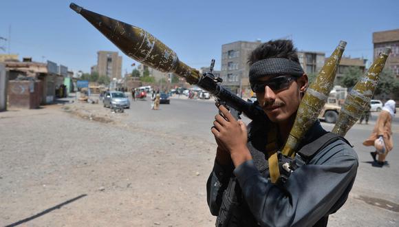 Un policía de Afganistán sostiene una granada propulsada por cohete (RPG) en una carretera en Herat el 2 de agosto de 2021. (Foto de Hoshang Hashimi / AFP).