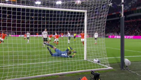 Memphis Depay, figura de Holanda, le pegó con fuerza y de forma rasante a la pelota para vulnerar el arco de Alemania. (Foto: captura de video)