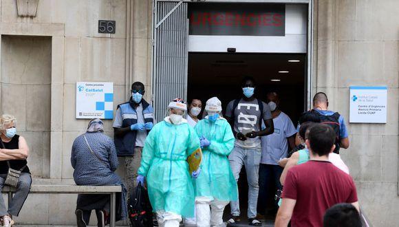 Los trabajadores de la salud en el centro de atención primaria CAP Prat de la Riba hacia un hospital de campaña establecido para casos de coronavirus en Lérida. (Foto: Pau BARRENA / AFP).