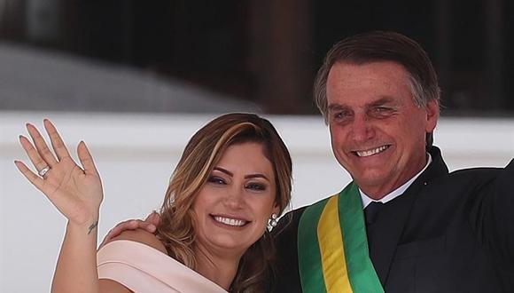 Fotografía de archivo del 1 de enero de 2019 del presidente de Brasil, Jair Bolsonaro, junto a su esposa Michelle de Paula Firmo, durante su ceremonia de investidura presidencial en Brasilia. (EFE /Marcelo Sayão /ARCHIVO).