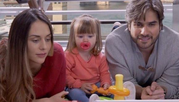 """La pequeña Banquita junto a sus padres en la ficción en """"MI marido tiene más familia"""" (Foto: Televisa)"""