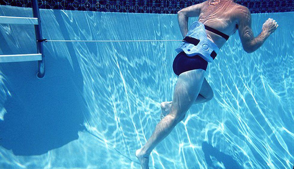 Rutina de ejercicios bajo el agua para correr más rápido y fortalecer los músculos tras una lesión.