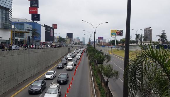 En la avenida Javier Prado se implementó un carril exclusivo para las delegaciones de River Plate y Flamengo.  (Foto: Álvaro Reyes/Twitter)