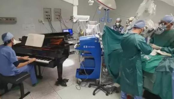 Los doctores de Italia aseguran que, pese a estar bajo anestesia general, el niño sonreía levemente de vez en cuando mientras trabajaban. (Captura de pantalla/YouTube).
