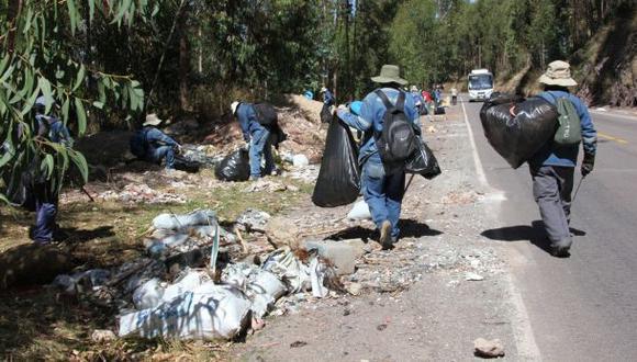 Esta mañana los obreros de la Dirección Desconcentrada de Cultura de Cusco y de la municipalidad provincial limpiaron el Parque Arqueológico de Sacsayhuamán. (Foto: Difusión)