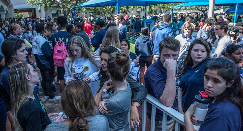EPA3295. PARKLAND (ESTADOS UNIDOS), 15/02/2018.- Cientos de miembros de la comunidad se re˙nen para una ceremonia conmemorativa en Parkland, Florida, Estadps Unidos, 15 de febrero de 2018. Miembros de la comunidad se reunieron para rendir homenaje a las vÌctimas del tiroteo en la escuela secundaria de Marjory Stoneman Douglas acontecido ayer, 14 de febrero. EFE/ Giorgio Viera