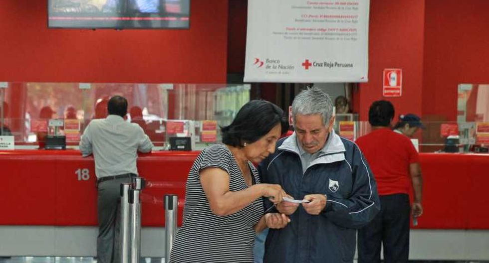Ex aportantes del Fondo Nacional de Vivienda (FONAVI) que son parte de la décima lista reciben la devolución de sus aportaciones en el Banco de la Nación (Foto/Andina)