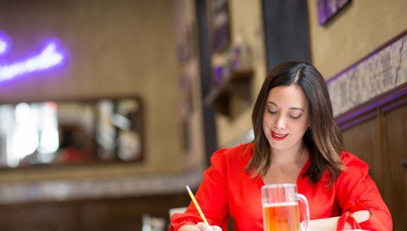 En la mesa de trabajo: Nora es periodista de Somos, donde publica cada sábado sus reseñas gastronómicas. Foto: Richard Hirano