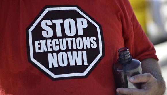 Un activista lleva una camiseta que pide el fin de las ejecuciones durante un ayuno y una vigilia para abolir la pena de muerte en Estados Unidos. (Foto de MANDEL NGAN / AFP).