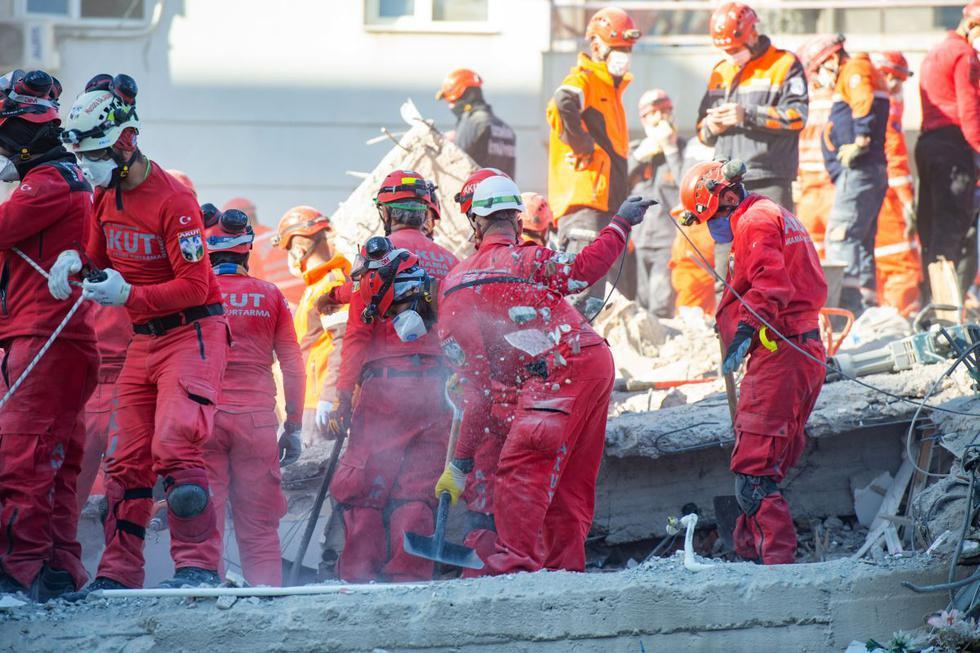 Los equipos de rescate trabajan en la búsqueda de sobrevivientes en un edificio derrumbado en Esmirna, Turquía. (Foto de Yasin AKGUL / AFP).